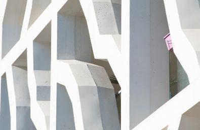 Photographe architecture détail façade Photographe architecture. Détail de  formes, lumières  volumes cr. Sur cette façade le il est évident que l'inspiration de l'architecte a joué avec les contrastes de lumières et d'ombres renforçant ainsi le trait de cette façade singulière.  Mérignac-France