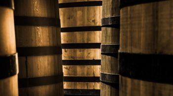 Chais Cognac Rémy Martin Chais Cognac Rémy Martin. En 1724 Rémi Martin, viticulteur dans la région de Cognac, crée la marque éponyme. En 1870, le symbole du centaure est choisi comme logo par Paul-Émile Rémy-Martin. L'internationalisation commence dans années 1910 en Russie, en Chine et aux États-Unis.En 1927, la marque lance le cognac Fine Champagne VSOP. En 1965, André Hériard-Dubreuil est nommé président de Rémy Martin. Il est à l'origine des premiers contrats avec les viticulteurs et les distillateurs des aires de production de Grande et Petite Champagne de la région de Cognac. Cognac-France