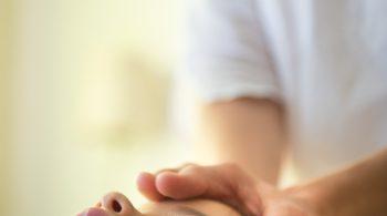 Photos massage Ayurvédique  enfant Reportage photos pour un cabinet de massage Ayurvédique. Pendant cette séance photo le pratitien pratique sur un enfant ce massage traditionnel.  Langon-France